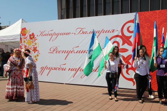 На главной площади республики царило оживление.
