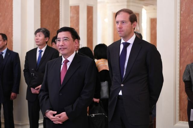 В Казани министр промышленности и торговли РФ Денис Мантуров и министр промышленности и информатизации Китая Мяо Вэй подвели итоги сотрудничества в сфере гражданского авиастроения.