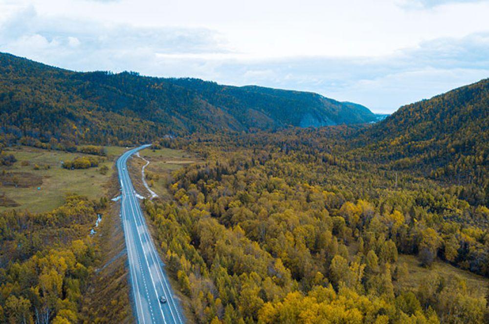 Долина овеяна массой древних легенд и сказаний. Говорят что именно в районе нынешней автомобильной трассы, вдоль реки Иркут много веков назад пролегал путь Чингисхана и его многотысячного войска.