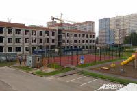 К 1 сентября 2018 года в микрорайоне откроют школу, которую строят ударными темпами.