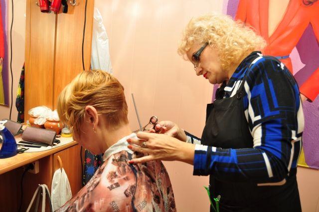 В кризис многие экономят, поэтому реже ходят в парикмахерские.