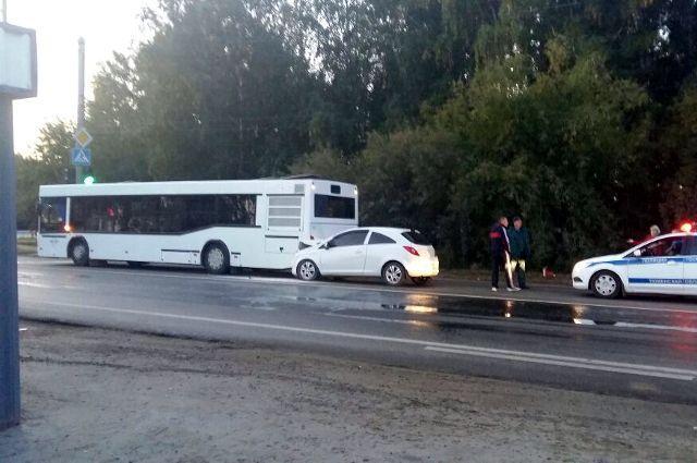В Тюмени произошло ДТП с участием автобуса и легкового автомобиля «Опель»