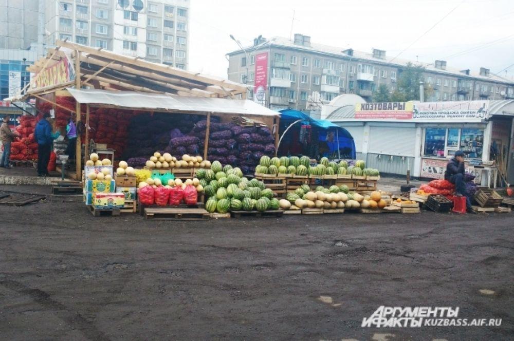 Большинство торговых точек - развалы с фруктами и овощами.