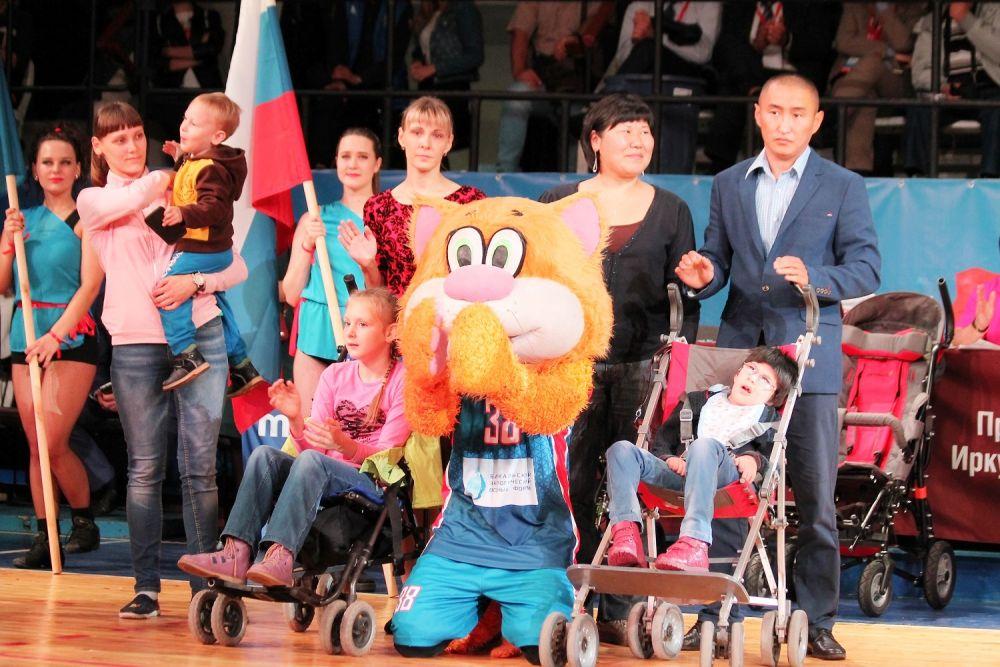 Перед началом матча детям с ограниченными возможностями здоровья вручили кресла-коляски.