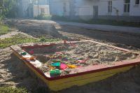 Песочница детской площадки оказалась на самой границе будущей парковки.