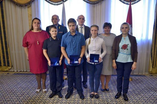 Власти Челябинской области вручили награды детям заспасение людей