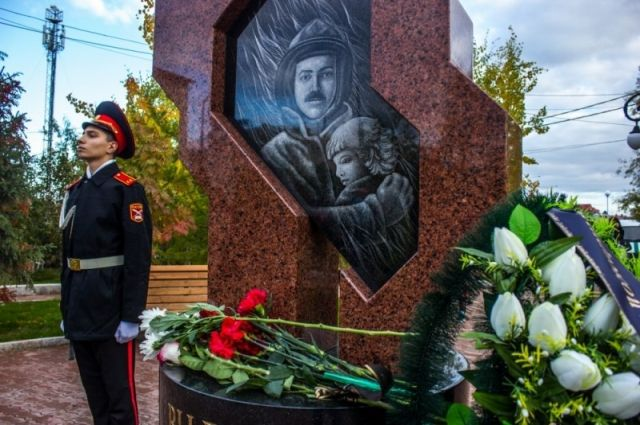 В Лабытнангах открыли памятник погибшим пожарным