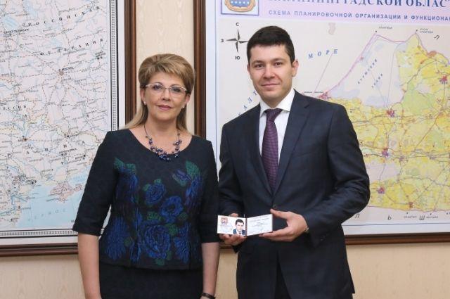Антон Алиханов получил удостоверение об избрании губернатором из рук председателя регионального Избиркома Инессы Винярской.