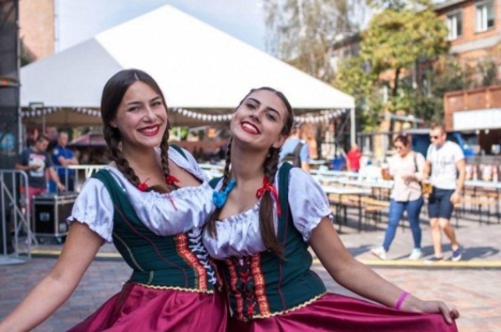 «Дресс-кода» на фестивале как такового нет, однако большинству участников известно, во что стоит одеваться во время «Октоберфеста».