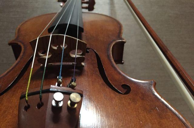Главный приз конкурса - скрипка.