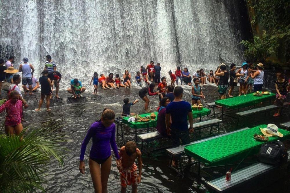 Ресторан Labassin Waterfall приходят вместе с детьми, а столики в этом заведении стоят прямо в воде