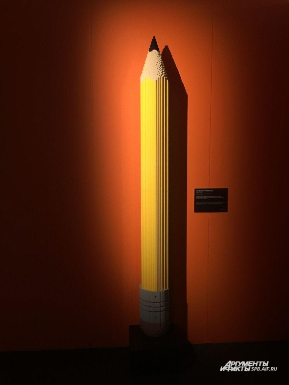 Каждый элемент в скульптурах мастер смазывает клеем.