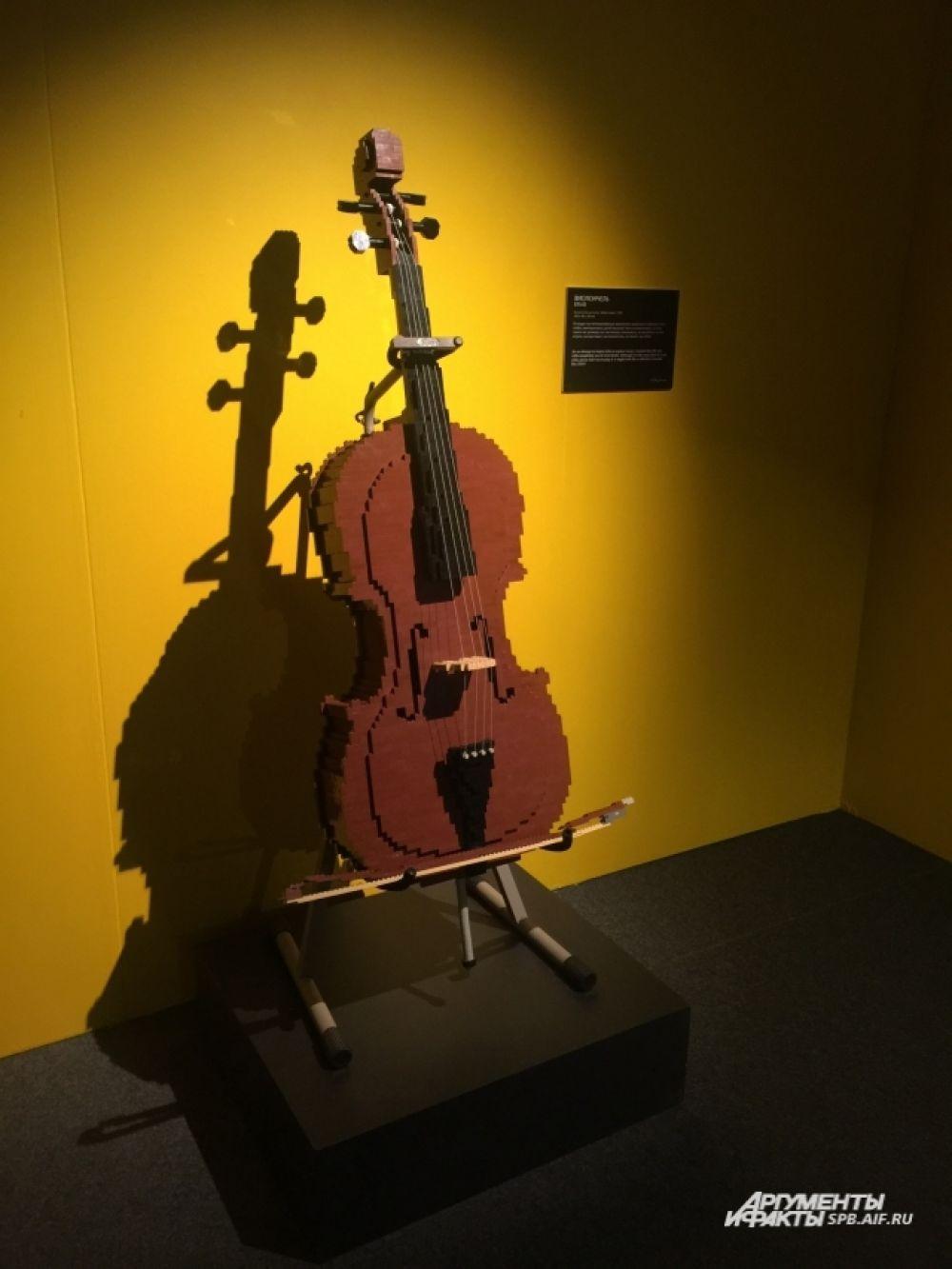 На виолончели есть даже струны!
