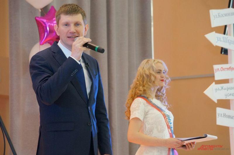 Глава региона поздравил выпускников с окончанием школы, пожелав не бояться двигаться вперёд.