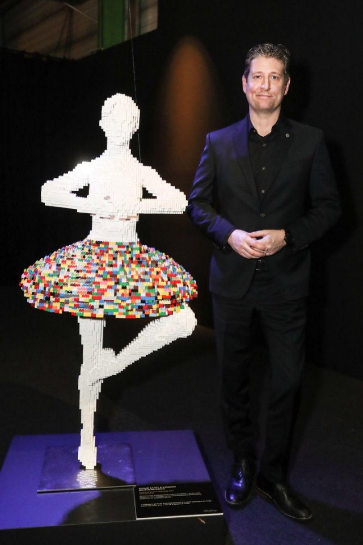 Художник создает из Лего скульптуры в человеческий рост.