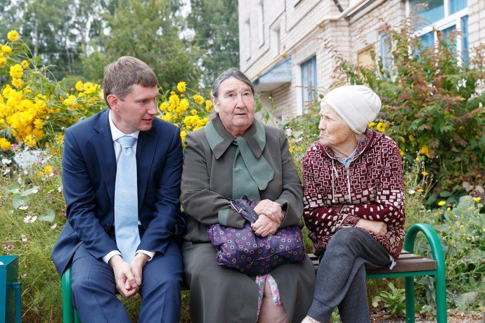 Снимок, на котором Максим Решетников общается с бабушками, вызвал ажиотаж в социальных сетях.