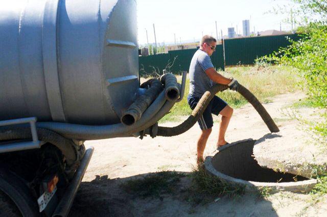 ВКрасноармейском районе Волгограда опрокинувшаяся ассенизаторская машина повредила водовод