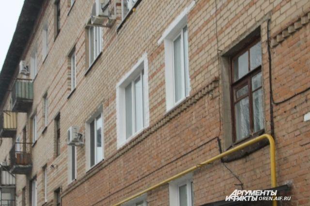 В Тюмени полуголый пенсионер лазил по балконам