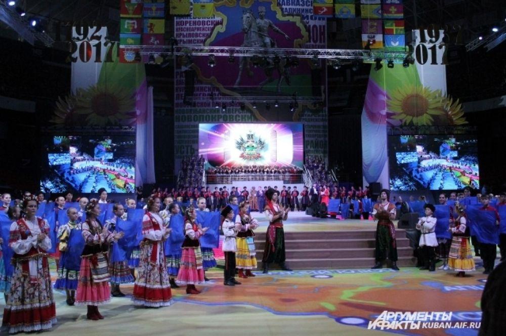 В праздничном концерте участвовали более 4 тысяч артистов.