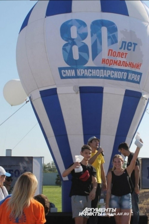 Но снаружи, на территории перед спорткомплексом, организовали площадку СМИ, где гостей праздника развлекали различными конкурсами.