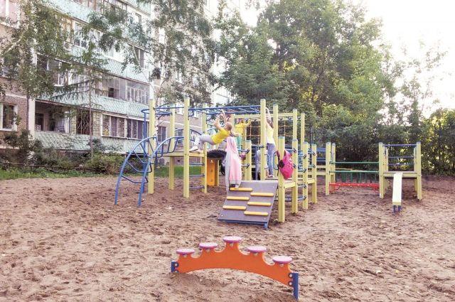 Погибший лежит на детской площадке.