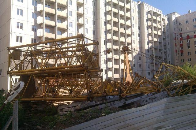 В Тюмени строительный кран упал на иномарку