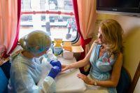 Само тестирование проводится по крови, всего за 15 минут люди могут узнать свой статус.