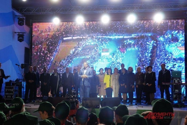 Наконец, со сцены жителей и гостей города поздравил с праздником Владимир Филиппович.