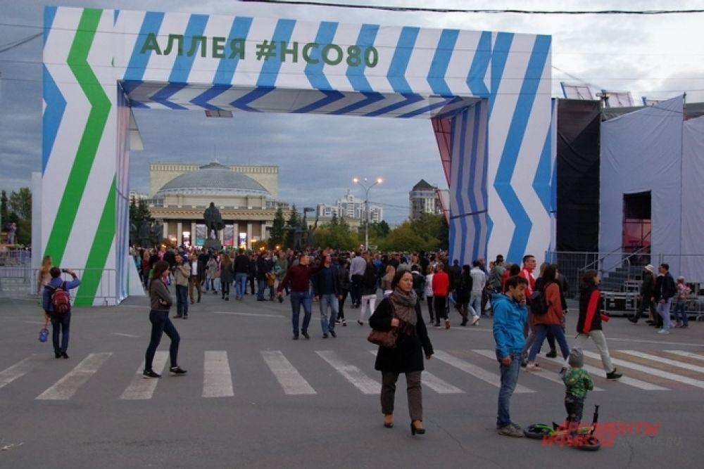В субботу у главной городской площадки было многолюдно.