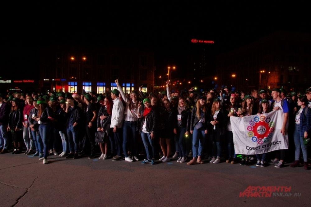 Люди с удовольствием следили за концертом, хотя многие признавались, что пришли на площадь только из-за салюта. Увидев концерт, они изменили свое мнение.
