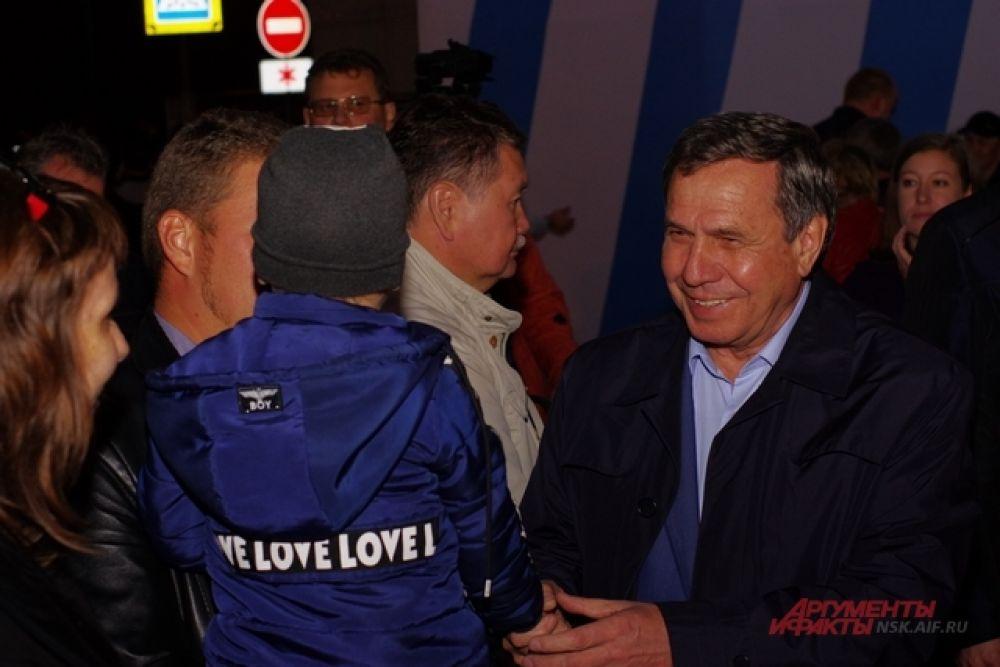 Губернатор НСО Владимир Городецкий пришел на праздник и с удовольствием пообщался с маленькими сибиряками.