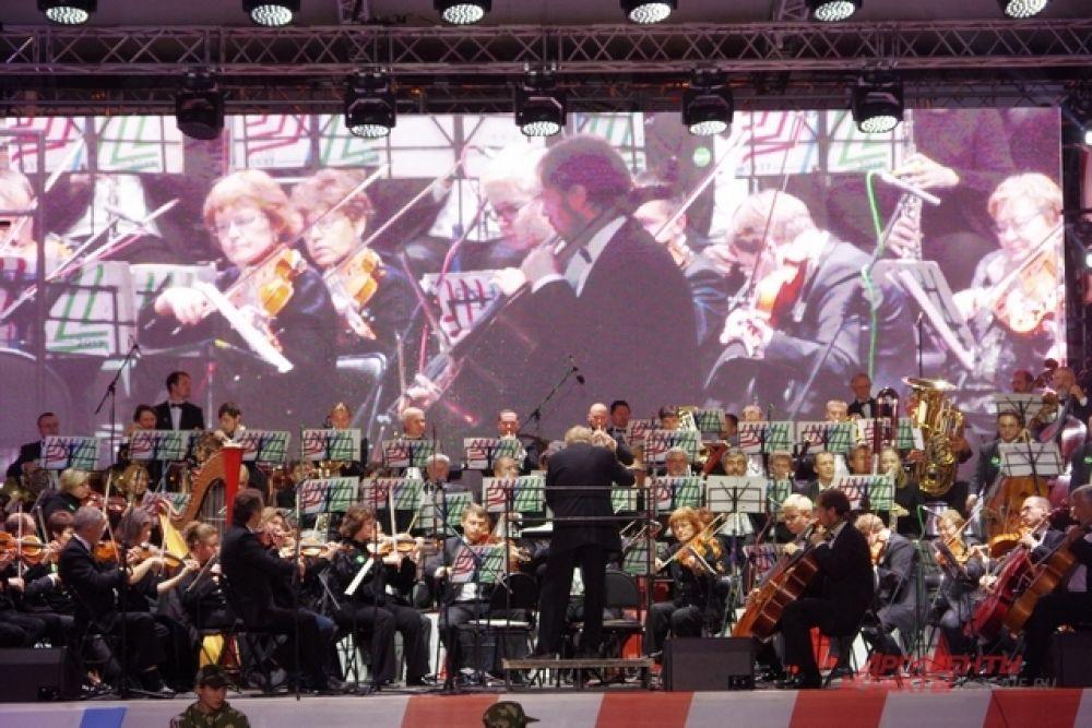 Русский академический оркестр Новосибирской филармонии завораживал своим виртуозным исполнением.