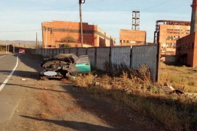 Смертельное ДТП в Кувандыке: «ВАЗ»  врезался в бетонный забор.