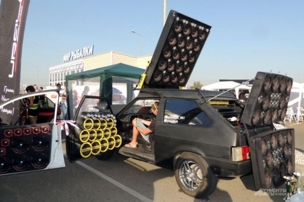 Монстр автозвука «БуМка» с 98-ю динамиками на основе ВАЗ-2108.