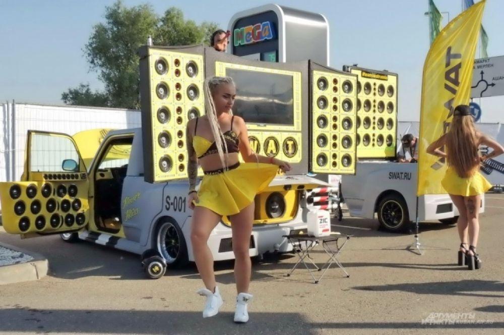 Самодельный автомобиль с музыкальной системой «Scion XB Полторашка» и девушки из группы поддержки.