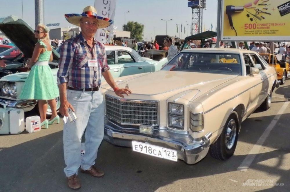 Ретро-автомобиль Ford LTD 2 1977 года выпуска и его владелец Михаил Щуров.