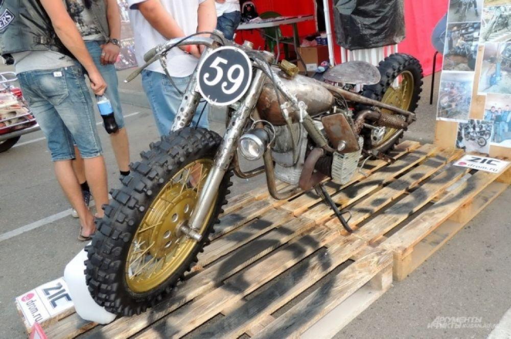 Самодельный гоночный мотоцикл в стиле 30-х годов на базе легендарного советского «Урала».