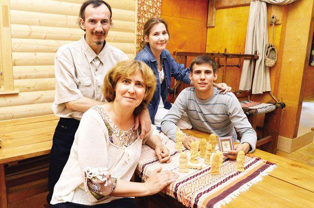 Вся семья Фроловых занимается творчеством: папа и сын - резьбой по дереву, мама с дочкой  - вышивкой.