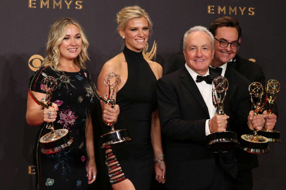 Создатель и продюсер шоу Лорн Майклз «Saturday Night Live» и команда SNL со своими наградами.