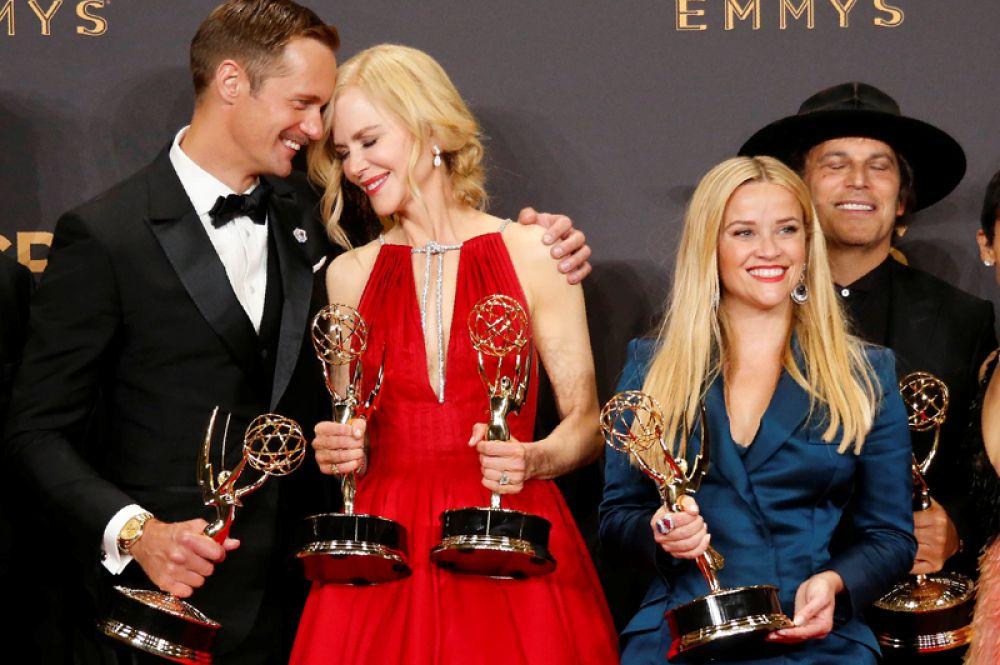 Актёры Александр Скарсгард, Николь Кидман и Риз Уизерспун празднуют победу в номинации «Лучший мини-сериал» вместе с командой фильма «Большая маленькая ложь».