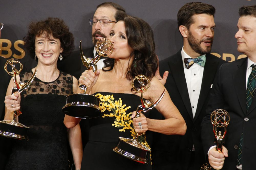 Актриса Джулия Луи-Дрейфус получила статуэтку за лучшую женскую роль в сериале «Вице-президент».