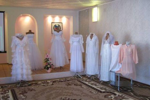 В Оренбурге открылась выставка старинных свадебных платьев.