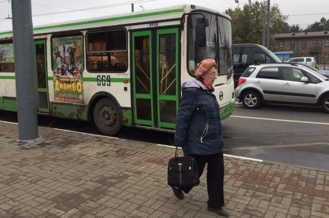 Водитель автобуса не давал пешеходам пройти через дорогу.