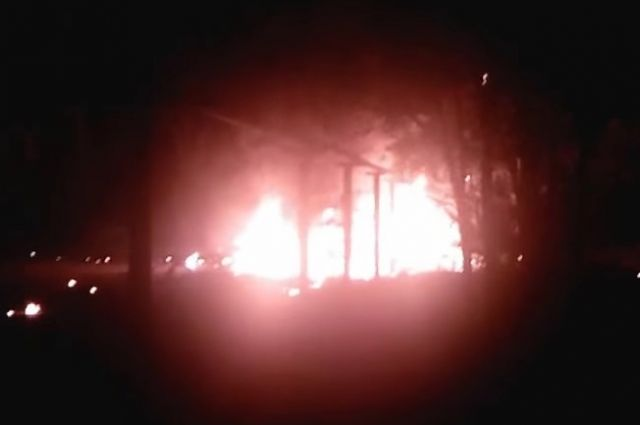 В Оренбургском районе после ДТП взорвался автомобиль Lada Largus.