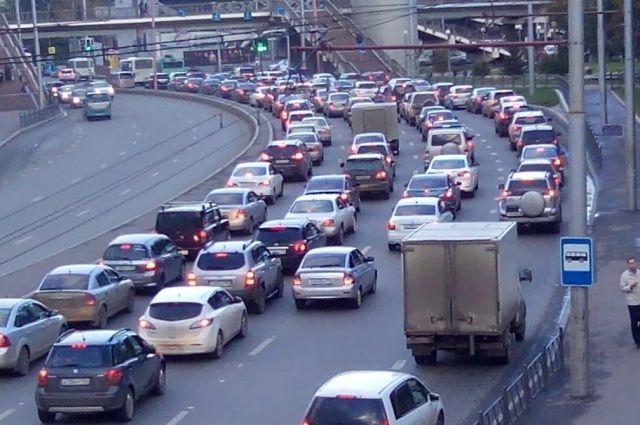 Мегаполис постоянно перегружен большими потоками машин.
