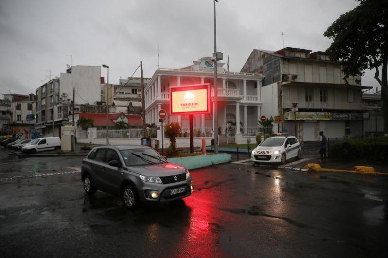 Баннер, предупреждающий о «красном уровне опасности» в городе Пуэнт-а-Питр на остров Гваделупа.