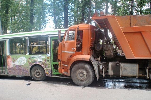 Напроспекте Стачек автобус перевернул самосвал