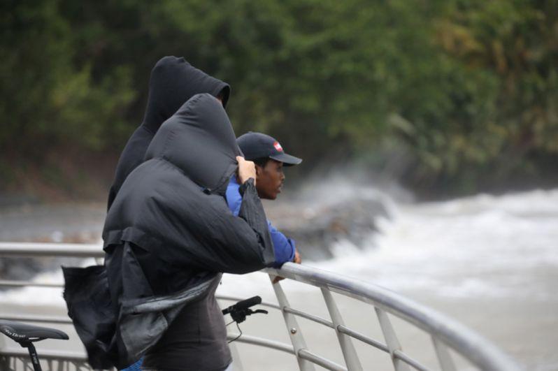 Местные жители наблюдают за тем, как ураган «Мария» подходит к городу Пети-Бург на острове Гваделупа.