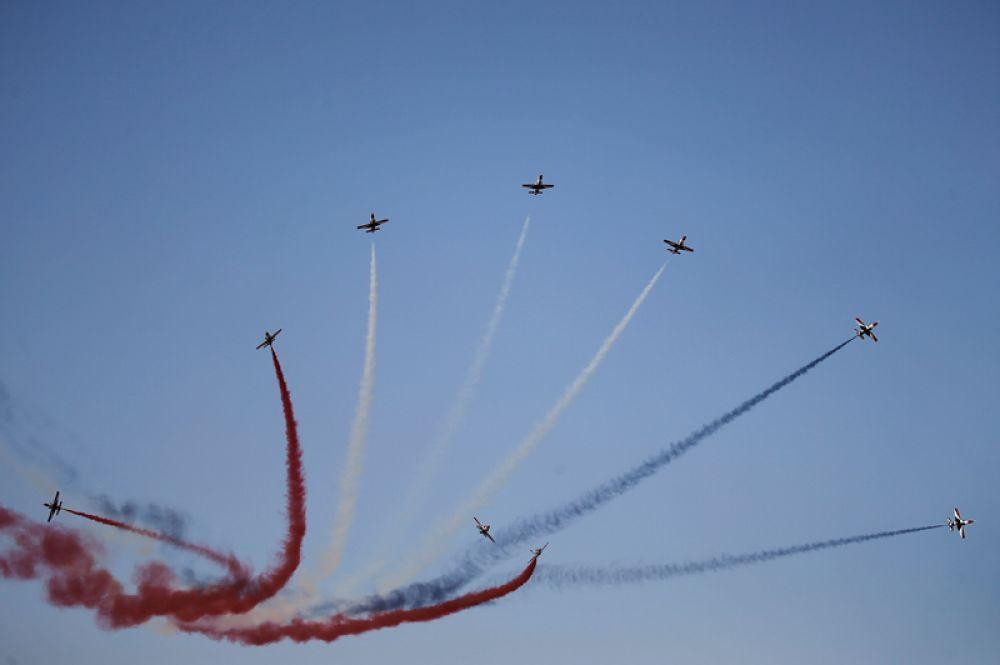 Команда египетских военно-воздушных сил Silver Stars выступает во время авиашоу в Танагре.