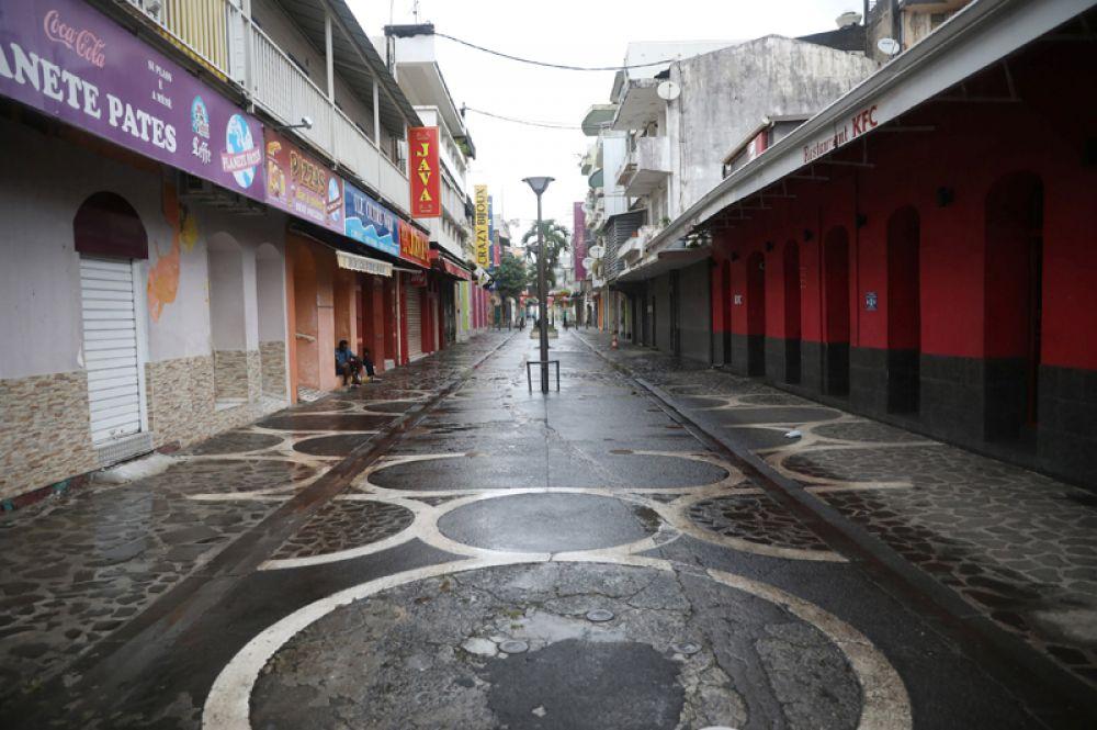 Пустые улицы города Пуэнт-а-Питр на остров Гваделупа.